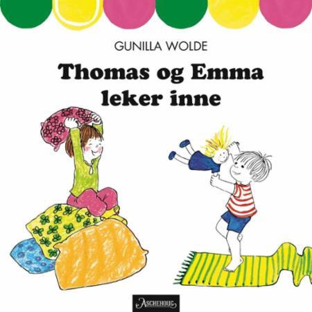 Thomas og Emma leker inne
